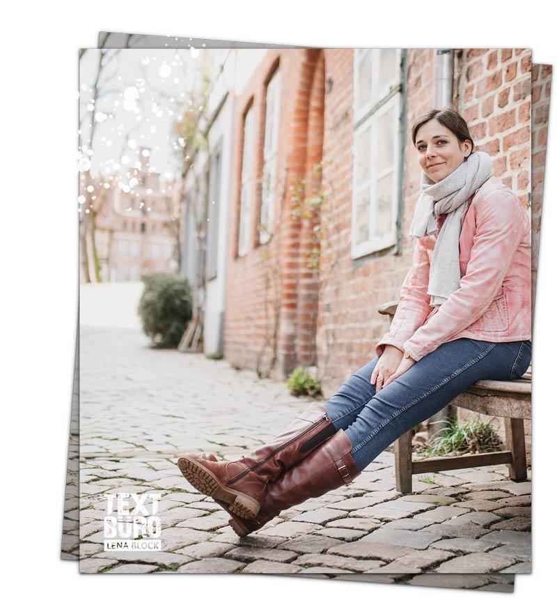 Texterin Lena Block sitzt auf einer Bank in der Altstadt Lüneburgs